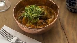 Caçarola de frango com abóbora e taioba