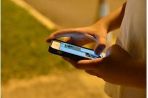 Maioria das crianças das classes D e E acessa internet apenas pelo celular