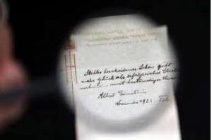 Bilhete com conselho de Einstein sobre a vida é leiloado por US$1,3 milhão