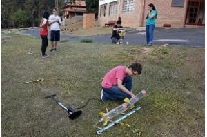 Em competição científica, jovens brasileiros constroem foguetes com garrafa PET