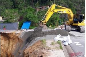 Cratera aberta em Petrópolis será fechada com 2,5 mil toneladas de pó de pedra