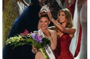 Professora de defesa pessoal sul-africana é coroada Miss Universo