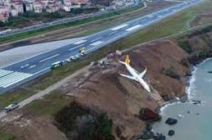 Um avião turco com 162 passageiros cai num barranco, mas ninguém se fere