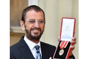 Ringo Starr recebe título de cavaleiro no Palácio de Buckingham
