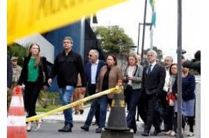 Senadores visitam Lula e manifestam preocupação com isolamento de petista