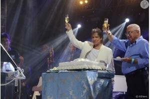 Roberto Carlos brinda 77 anos e distribui bolo em show