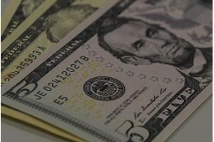 Semana começa com dólar em alta