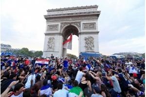 Paris revive a euforia de 98 e tem as ruas tomadas por torcedores