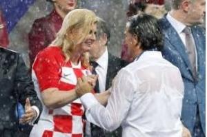 Encharcada mas sorridente, presidente da Croácia conquista admiradores na final da Copa
