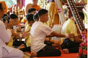 Meninos da caverna da Tailândia participam de cerimônia budista