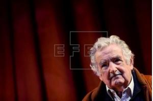 Mujica renuncia ao cargo de senador por motivos pessoais e