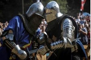 Cavaleiros ressuscitam na Sérvia a arte da justa medieval