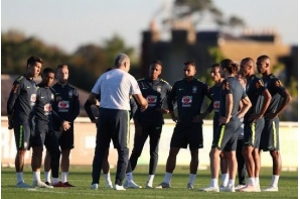 Seleção Brasileira treina em Londres para jogo contra a Arábia Saudita