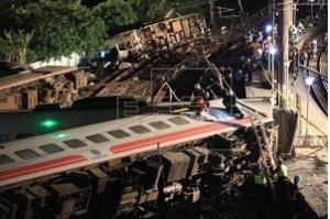 Trem descarrila em Taiwan e deixa ao menos 18 mortos e 160 feridos