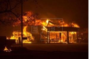 Sobe para 30.000 o número de evacuados por incêndio devastador na Califórnia