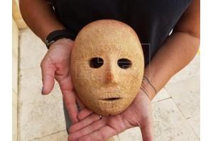 Arqueólogos descobrem máscara de pedra de 9.000 anos na Cisjordânia