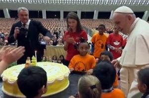 Papa Francisco faz 82 anos e ganha festa de aniversário de crianças