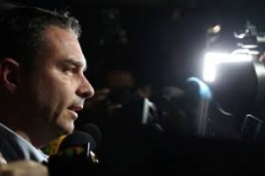 Flávio Bolsonaro diz na TV que depósitos e pagamento de R$1 mi referem-se a apartamento