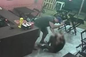 Policial é preso por agredir funcionária em lanchonete no Rio