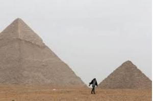 Explosão atinge ônibus de turistas perto de pirâmides no Egito, dizem fontes