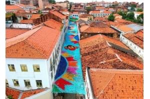 Mosaico de bandeirinhas enfeita o céu do Centro Histórico de São Luís
