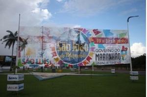 Decoração junina dá boas-vindas a turistas em aeroporto e na entrada de São Luís