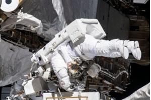 Astronautas fazem primeira caminhada 100% feminina no espaço