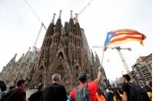 Catalunha: milhares de pessoas usam balões com tinta em protesto