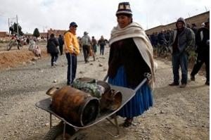 Bolívia transporta alimentos por avião para evitar desabastecimento