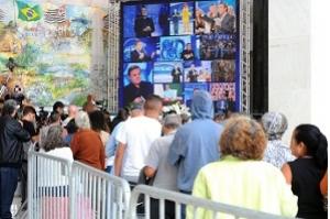 Artistas, amigos e fãs acompanham velório de Gugu Liberato