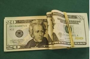 Dólar ultrapassa R$ 4,18 e fecha no maior valor em 40 dias