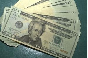 Dólar ultrapassa R$ 4,20 e fecha no maior valor do ano